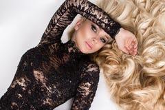 Portret van mooi sexy jong vrouwenmodel met lang blond haarvolume, verbazende ogen, Stock Foto