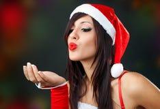 Portret van mooi sexy meisje die de kleren van de Kerstman dragen stock foto