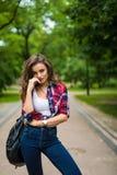 Portret van mooi stedelijk meisje met rugzak in de straat gelukkige glimlachende vrouw royalty-vrije stock fotografie