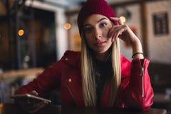 Portret van mooi stedelijk meisje uit in de koffieclub moderne de jeugdcultuur royalty-vrije stock foto