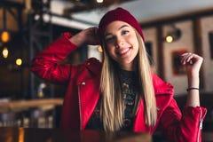 Portret van mooi stedelijk meisje uit in de koffieclub moderne de jeugdcultuur stock foto's