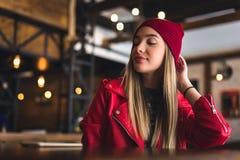Portret van mooi stedelijk meisje uit in de koffieclub moderne de jeugdcultuur royalty-vrije stock afbeelding