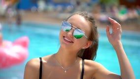 Portret van mooi tienermeisje in de zomer Bikinimeisje het ontspannen in zwembad in vakantie Gezicht van het ontspannen van tenna stock footage