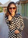 Portret van mooi tienermeisje die zonglazen met mooi dragen Stock Afbeeldingen