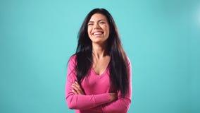 Portret van mooi vrolijk meisje met het lange losse zwarte haar glimlachen die camera bekijken stock footage