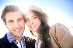 Portret van mooi vrolijk paar in het zonlicht stock fotografie