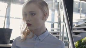 Portret van mooi vrouwelijk blonde dat de ernstig telefoon leest stock footage