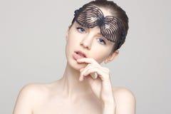 Portret van mooi vrouwelijk model met blauwe ogen op achtergrond Royalty-vrije Stock Afbeelding