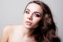 Portret van mooi vrouwelijk model met groene ogen op achtergrond Stock Foto's