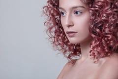 Portret van mooi vrouwelijk model met rood krullend haar Royalty-vrije Stock Afbeelding