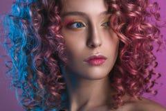 Portret van mooi vrouwelijk model met rood krullend haar Stock Afbeelding
