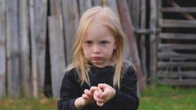 Portret van mooi weinig drie éénjarigenmeisje die in openlucht stellen stock video