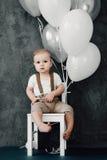 Portret van mooi weinig jongen gelukkige het glimlachen het vieren 1 jaarverjaardag Zitting van de één éénjarige de Europese jong Stock Foto