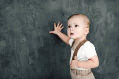 Portret van mooi weinig jongen gelukkige het glimlachen het vieren 1 jaarverjaardag Zitting van de één éénjarige de Europese jong Royalty-vrije Stock Foto