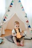 Portret van mooi weinig jongen gelukkige het glimlachen het vieren 1 jaarverjaardag Zitting van de één éénjarige de Europese jong Royalty-vrije Stock Afbeelding