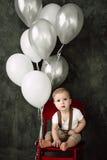 Portret van mooi weinig jongen gelukkige het glimlachen het vieren 1 jaarverjaardag Zitting van de één éénjarige de Europese jong Stock Afbeeldingen