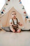 Portret van mooi weinig jongen gelukkige het glimlachen het vieren 1 jaarverjaardag Zitting van de één éénjarige de Europese jong Royalty-vrije Stock Foto's