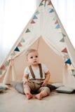 Portret van mooi weinig jongen gelukkige het glimlachen het vieren 1 jaarverjaardag Zitting van de één éénjarige de Europese jong Stock Afbeelding