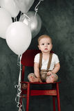 Portret van mooi weinig jongen gelukkige het glimlachen het vieren 1 jaarverjaardag Zitting van de één éénjarige de Europese jong Stock Foto's