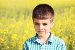 Portret, van mooi weinig jongen op het gele gebied Stock Afbeelding