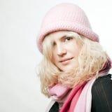 Portret van mooi whitehairmeisje in roze Stock Fotografie