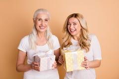 Portret van mooie aantrekkelijke zoete mooie aantrekkelijke charmante leuke dromerige vrolijke vrolijke dames die in handen houde stock foto's