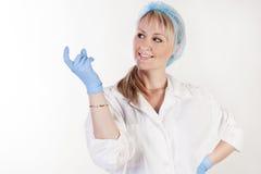 Portret van mooie artsenholding iets ter beschikking royalty-vrije stock fotografie