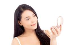 Portret van mooie Aziatische vrouw die poederdonsje toepassen bij wangmake-up van schoonheidsmiddel Royalty-vrije Stock Afbeelding