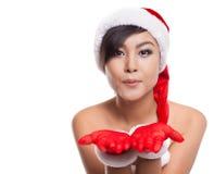 Portret van mooie Aziatische vrouw die Santa Claus met blowi dragen Royalty-vrije Stock Foto