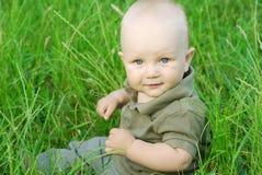 Portret van mooie babyjongen op een gras Royalty-vrije Stock Foto