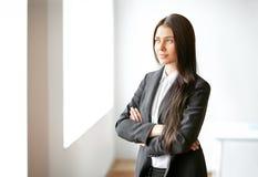 Portret van mooie bedrijfsvrouw in het bureau Stock Foto's