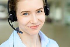 Portret van mooie bedrijfsvrouw in hoofdtelefoon De Exploitant van het Call centre Stock Afbeelding