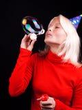 Portret van mooie blonde blazende bellen Royalty-vrije Stock Foto's