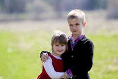 Portret van mooie blonde glimlachende kinderen met grappig kind te royalty-vrije stock foto