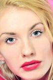 Portret van mooie blonde jonge vrouw Stock Afbeeldingen