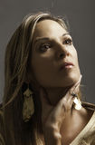 Portret van mooie blonde rijpe vrouw die in goud haar hand houden aan haar keel Royalty-vrije Stock Fotografie