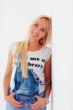 Portret van mooie blonde vrouw dichtbij de muur Stock Fotografie