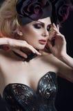 Portret van mooie blonde vrouw in donker sexy korset Stock Foto's