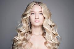 Portret van Mooie Blonde Vrouw met Lang Golvend Haar stock afbeelding