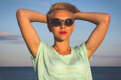 Portret van mooie blondevrouw op de zomer royalty-vrije stock foto