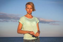 Portret van mooie blondevrouw op de zomer stock foto