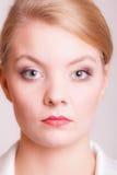 Portret van mooie blondevrouw op grijs stock foto