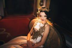 Portret van mooie bruid De kleding van het huwelijk De decoratie van het huwelijk Stock Afbeelding