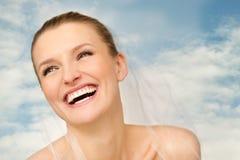 Portret van mooie bruid met blauwe hemel op achtergrond Royalty-vrije Stock Afbeeldingen