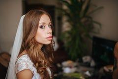 Portret van mooie bruid met maniersluier bij huwelijksochtend stock foto