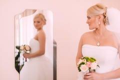 Portret van mooie bruid met maniersluier het stellen thuis bij Stock Afbeelding