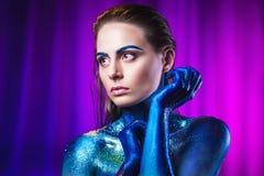 Portret van mooie die met kosmische kleuren wordt geschilderd en spangled vrouw royalty-vrije stock fotografie