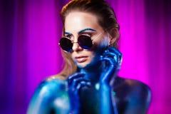 Portret van mooie die met kosmische kleuren wordt geschilderd en spangled vrouw stock fotografie