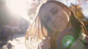 Portret van mooie die vrouw door zon wordt aangestoken, met positieve en essentiële energie wordt gevuld stock footage