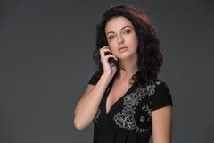 Portret van mooie donker-haired jonge vrouw Stock Foto